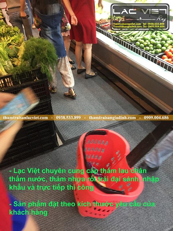 Thảm lau chân thấm nước và chống trơn tại các quầy rau, quầy cá tại siêu thị lotte