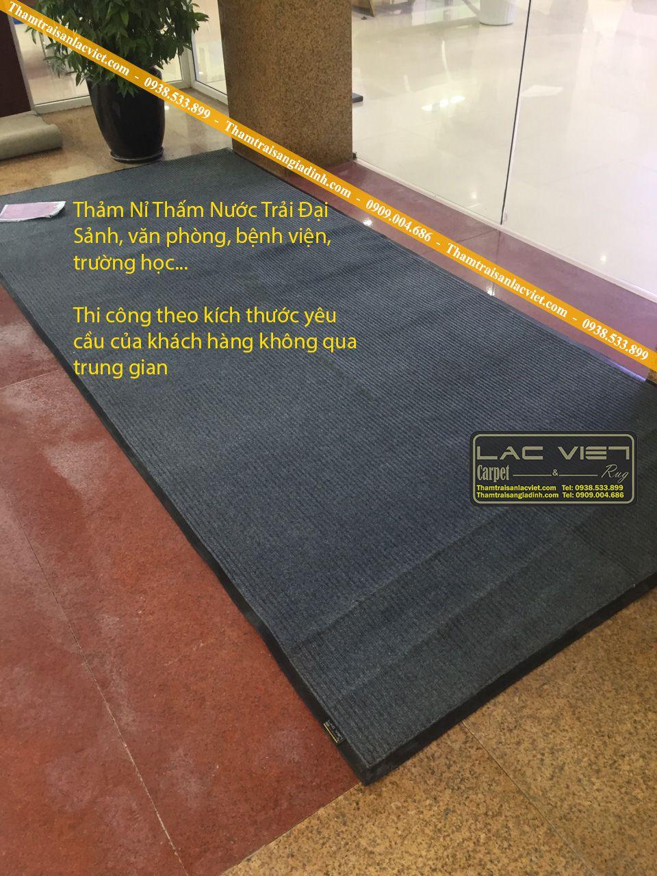 Thảm chùi chân đế cao su màu ghi trải sảnh văn phòng