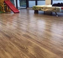 Chi phí thi công thảm dán sàn nhà